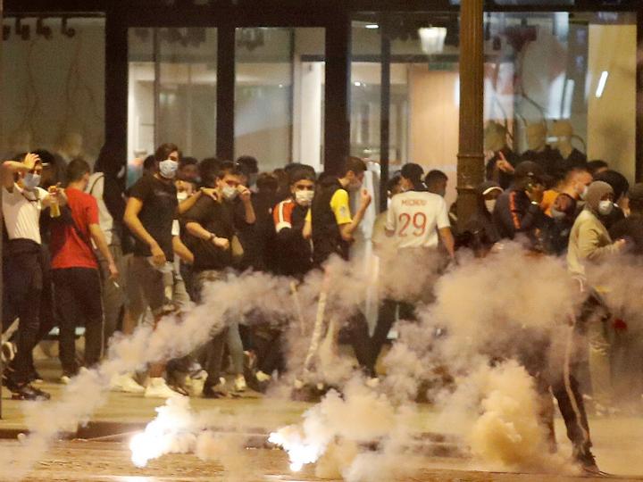 PSG fans have clashed with riot police in Paris as the club were defeated in the Champions League final by Bayern Munich | चैम्पियंस लीग के फाइनल में हार के बाद पीएसजी फैंस की पेरिस पुलिस से झड़प; भीड़ ने कई कारों में आग लगाई, पुलिस ने आंसू गैस का इस्तेमाल किया