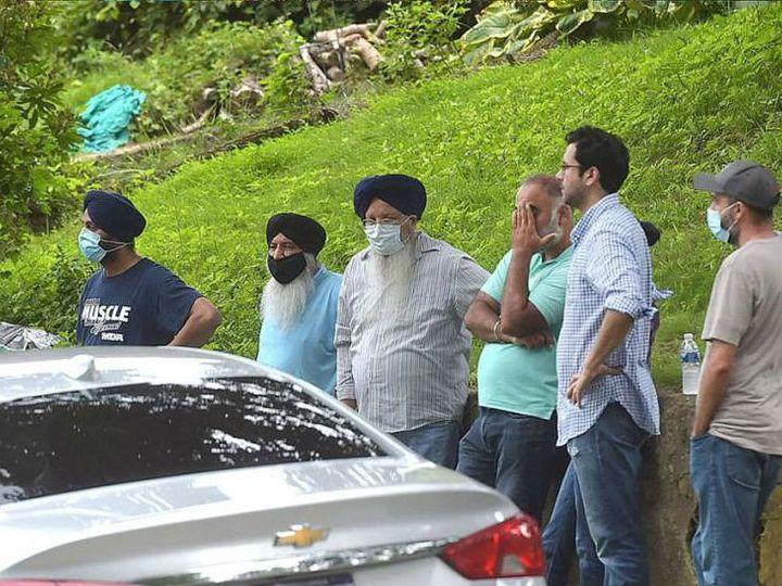 वारदात के बाद इकबाल सिंह के घर के बाहर पुलिस जांच पूरी होने का इंतजार करते उसके परिवार के सदस्य। - Dainik Bhaskar