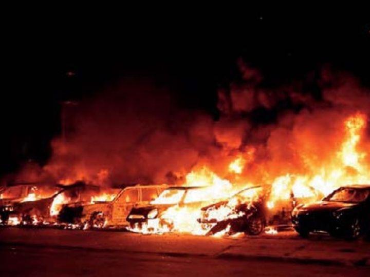 कोर्ट हाउस के बाहर खड़ी गाड़ियों में उपद्रवियों ने आग लगा दी। - Dainik Bhaskar