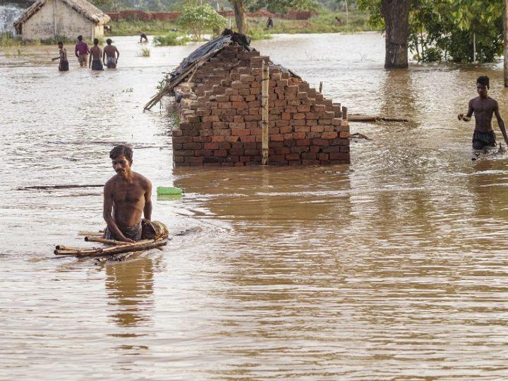 फोटो ओडिशा के कोरधा की है। यहां भारी बारिश के चलते नदियां उफान पर हैं और आवासीय इलाकों में बाढ़ आ गई है। - Dainik Bhaskar