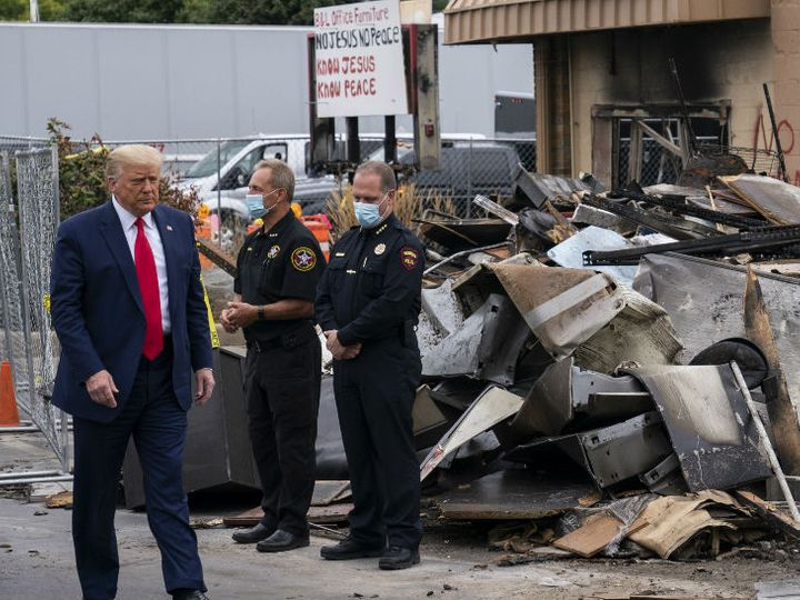 अमेरिकी राष्ट्रपति ट्रम्प केनोसा में क्षतिग्रस्त दुकानों को देखते हुए। - Dainik Bhaskar