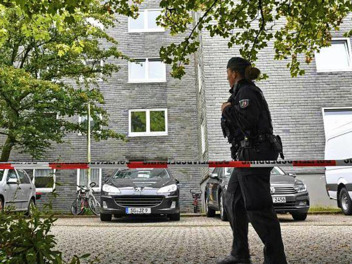 जर्मनी के सोलिजिन शहर के इसी अपार्टमेंट में गुरुवार शाम पांच बच्चों के शव बरामद किए गए। इनकी हत्या का शक मां पर है। उसने भी खुदकुशी की कोशिश की। - Dainik Bhaskar