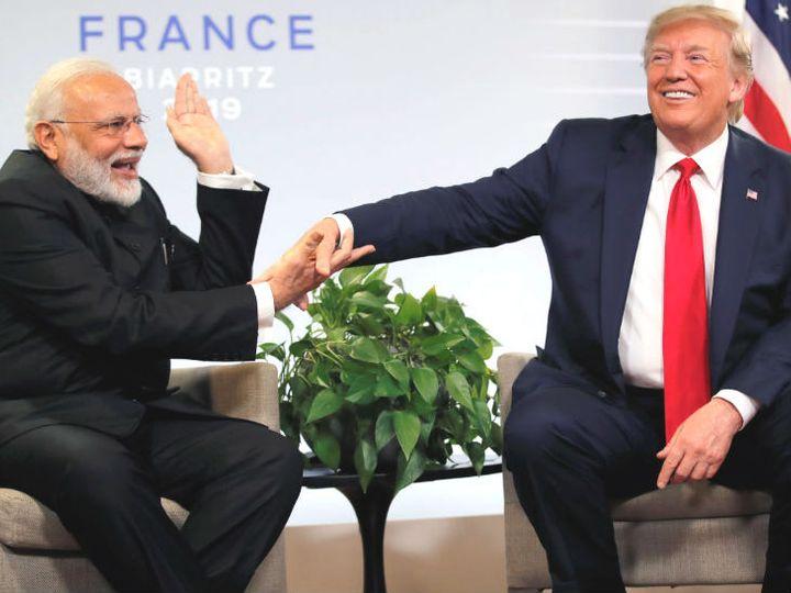 फोटो अगस्त 2019 की है। तब फ्रांस के बियारिट्स में जी-7 समिट के दौरान प्रधानमंत्री नरेंद्र मोदी और अमेरिकी राष्ट्रपति डोनाल्ड ट्रम्प ने मुलाकात की थी। ट्रम्प ने कहा था कि मोदी की अंग्रेजी बहुत अच्छी है, पर वे अभी नहीं बोल रहे। इस पर मोदी ने उनके हाथ पर थपकी दी थी। - Dainik Bhaskar