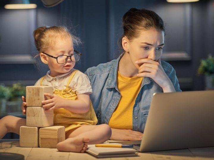 Four to five times the decline in the professional working hours of women, there is no hope of improving their status. | महिलाओं के पेशेवर काम के घंटों में आई चार से पांच गुना गिरावट, उनकी स्थिति के बेहतर होने की भी कोई उम्मीद नहीं है