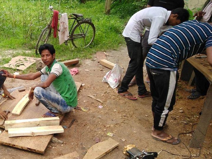अबुलेस को गांव में ही एक पॉपुलर विलो का सूखा पेड़ मिल गया। उन्होंने उसकी लकड़ी से कुछ बैट बनाकर दोस्तों को फ्री में दे दिए। - Dainik Bhaskar