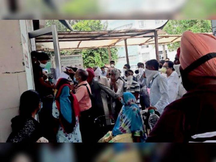 लापरवाही जारी...सिविल अस्पताल के फ्लू कॉर्नर में कोरोना टेस्ट करवाने के लिए लोग पहुंचे। एक ही व्यक्ति को कमरे में लाकर जांच की जाती है मगर बाहर लोगों की भीड़ बनी रहती है, जिससे सोशल डिस्टेंसिंग का पालन नहीं हो रहा। - Dainik Bhaskar