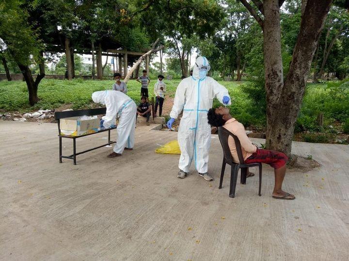 रायपुर में पिछले 10 दिनों में सबसे ज्यादा संक्रमण के मामले अमलीडीह से अब सामने आए हैं। तस्वीर में स्वास्थ्यकर्मी लोगों के सैंपल चेक करते हुए। (फाइल फोटो) - Dainik Bhaskar