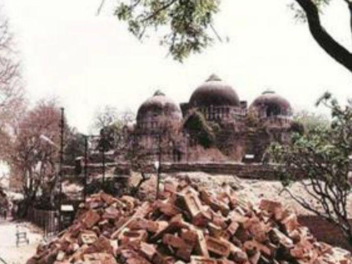 27 साल पहले अयोध्या में 6 दिसंबर 1992 को कारसेवकों ने विवादित बाबरी ढांचे को गिरा दिया था। अब इस जगह राम मंदिर का निर्माण हो रहा है। -फाइल फोटो - Dainik Bhaskar