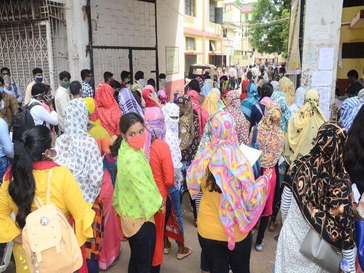 दुर्गा कॉलेज में एग्जाम की आंसरशीट लेने छात्रों की भीड़, ऐसी लापरवाही से बढ़ रहा संक्रमण। - Dainik Bhaskar