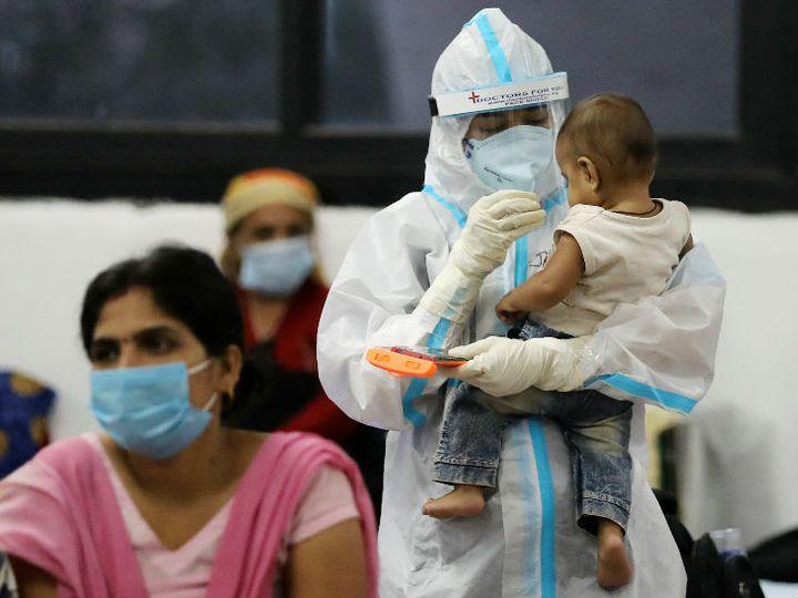 नई दिल्ली के इंडोर स्पोर्ट्स कंपलेक्स क्वारैंटाइन सेंटर में एक बच्चे के साथ खेलती स्वास्थ्यकर्मी। - Dainik Bhaskar