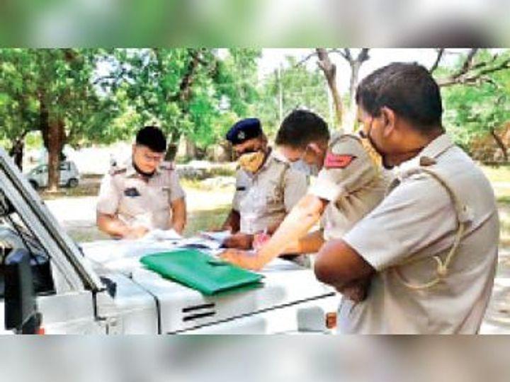 दुर्घटना स्थल पर कार्यवाही करती पुलिस। - Dainik Bhaskar