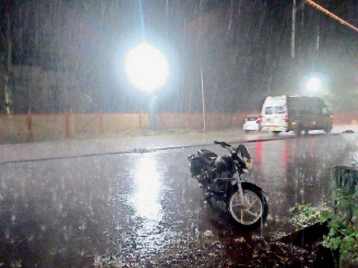 रात 11:45 बजे पॉवर हाउस रोड पर तेज बारिश का नजारा कुछ यूं रहा। - Dainik Bhaskar