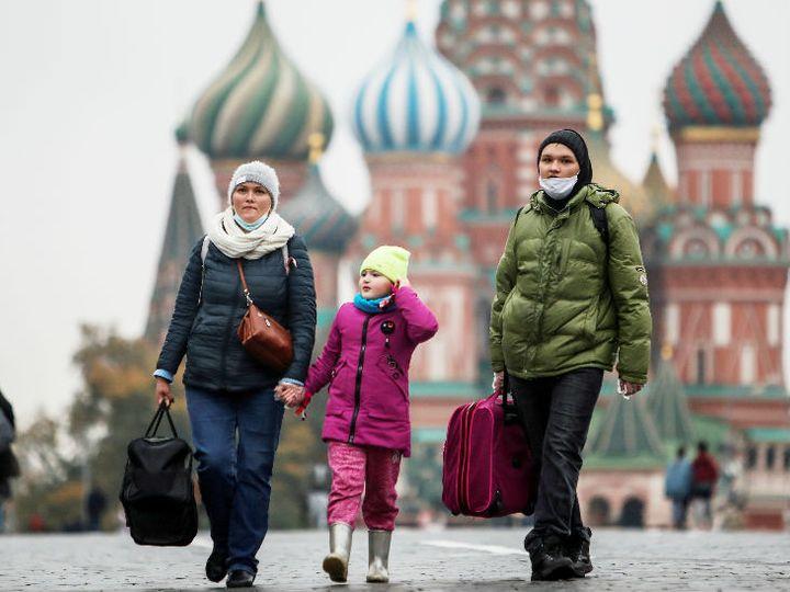 रूस की राजधानी मॉस्को में रेड स्कॉएर पर मास्क पहनकर लोग टहलते नजर आए। 21 अक्टूबर से मॉस्को रीजन के आसपास म्यूजियम, एग्जिबिशन और पब्लिक इवेंट्स पर बैन लगा दिया गया है। - Dainik Bhaskar