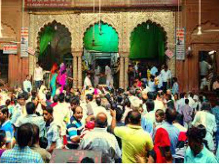 मथुरा के वृंदावन में स्थित श्री बांके बिहारी मंदिर को ज्यादा भीड़ होने की वजह से बंद कर दिया गया था लेकिन अदालत के आदेश के बाद इसे 25 अक्टूबर से दोबारा खोला जाएगा। फाइल फोटो- मंदिर में दर्शन के लिए खड़े भक्त। - Dainik Bhaskar