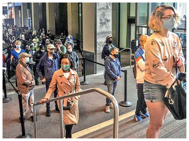 फोटो न्यूयॉर्क की है। कोरोना की वजह से लोगों को वोट डालने में दिक्कतें आ रही हैं। उन्हें लंबी कतारों में घंटों इंतजार करना पड़ रहा है। - Dainik Bhaskar