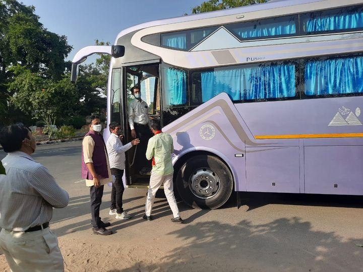 जयपुर में भाजपा मुख्यालय से चौंमू पैलेस के लिए बस में रवाना होते भाजपा पाषर्द प्रत्याशी। - Dainik Bhaskar