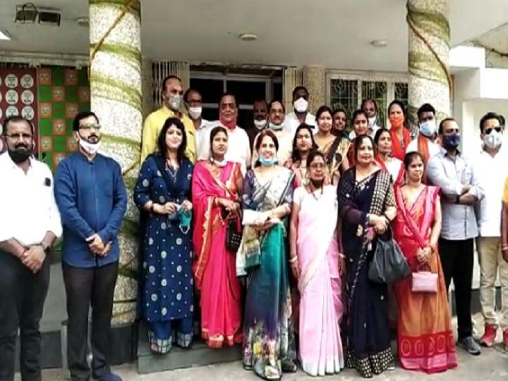 फोटो रायपुर के भाजपा कार्यालय की है। इस तरह की एक बैठक कांग्रेस के पार्षद भी एक होटल में कर चुके है। - Dainik Bhaskar