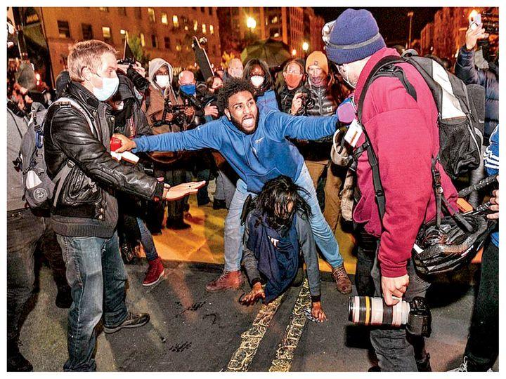 तस्वीर वॉशिंगटन डीसी की है। यहां राष्ट्रपति चुनाव की मतगणना के दौरान ट्रम्प के खिलाफ प्रदर्शन हुए। इस दौरान पुलिस और प्रदर्शनकारियों की झड़प और मारपीट भी हुई। इसमें कुछ प्रदर्शनकारी घायल भी हुए हैं। वॉशिंगटन पुलिस ने बताया कि प्रदर्शनकारी यहां हिंसा भड़काने की कोशिश कर रहे है। - Dainik Bhaskar