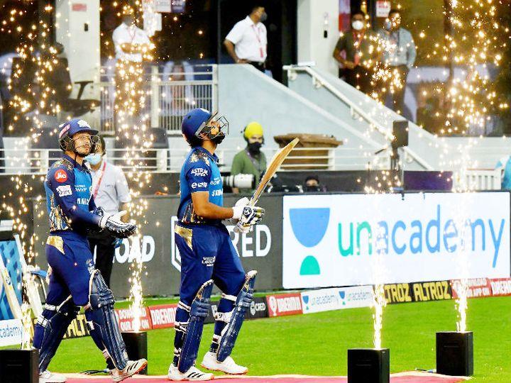 आतिशबाजी के बीच मैदान में एंट्री करते मुंबई इंडियंस के ओपनर रोहित शर्मा और क्विंटन डिकॉक। - Dainik Bhaskar
