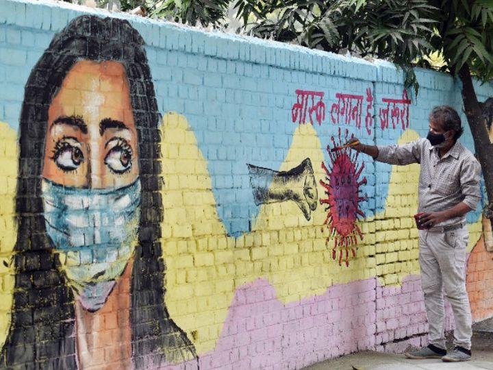 फोटो देश की राजधानी दिल्ली की है। यहां कोरोना की तीसरी लहर शुरू हो चुकी है। ऐसे में लोगों को जागरूक करने के लिए वॉल पेंटिंग करता आर्टिस्ट। - Dainik Bhaskar