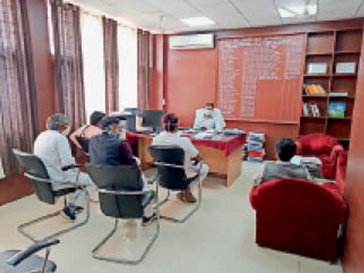 एसडीएम व्यापारियाें के साथ बैठक करते हुए। - Dainik Bhaskar