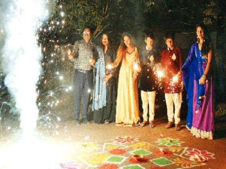 भोपाल जेल पहाड़ी स्थित जेल परिसर में रहने वालेइकबाल अपने परिवार के साथ दीपावली पर पूजा करने के बाद जमकर आतिशबाजी भी करते हैं। - Dainik Bhaskar