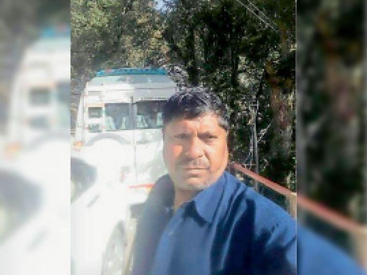 वरिंदर कुमार वीडियो जारी करता हुआ। - Dainik Bhaskar