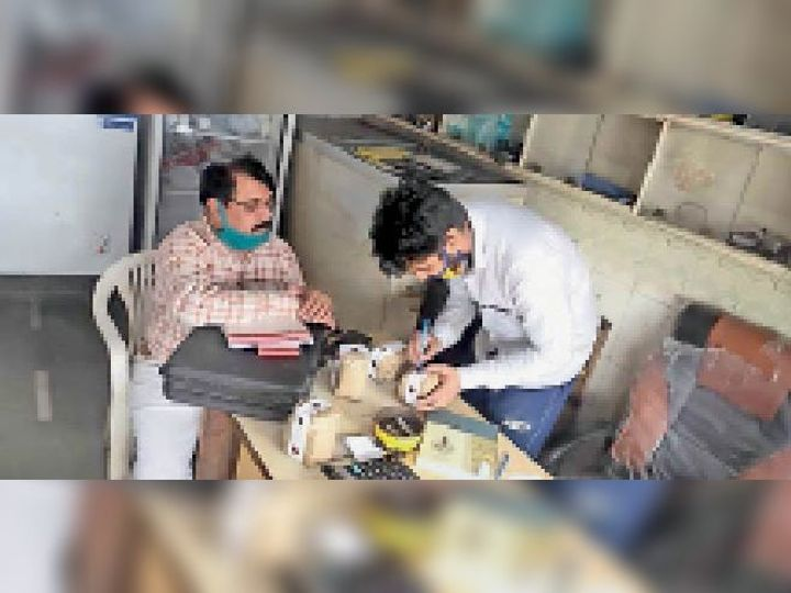 फूड एंड सेफ्टी विभाग की टीम उत्पादों के सैंपलों को सील करते हुए। - Dainik Bhaskar