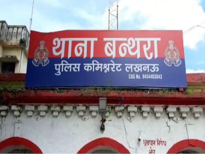 सरकारी ठेके से गांव का कोटेदार खरीद कर एक पेटी शराब लाया था। - Dainik Bhaskar