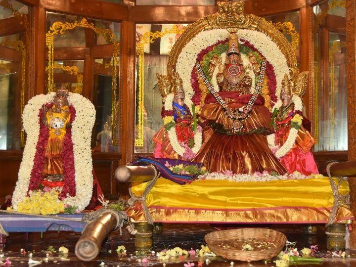 दीपावली पर पूरे देश में मां लक्ष्मी की पूजा होती है। हर जगह अलग-अलग मान्यताओं के अनुसार पूजन की जाती है। - Dainik Bhaskar