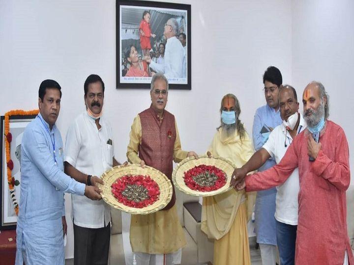 मुख्यमंत्री ने प्रतीक स्वरूप मिट्टी के 36 दीपों का दान किया है। - Dainik Bhaskar