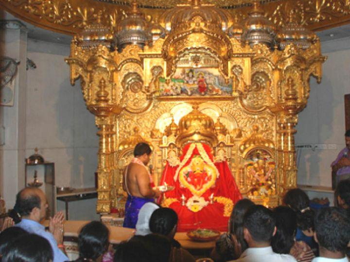 महाराष्ट्र में मंदिर खोलने के लिए मुंबई में सिद्धिविनायक मंदिर, शिरडी में साईं बाबा मंदिर और पुणे में तांबड़ी जोगेश्वरी मंदिर के बाहर भाजपा कार्यकर्ताओं ने अनशन किया था। - Dainik Bhaskar