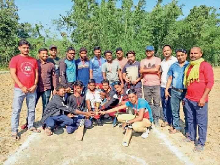 भगवानपुर के शिवनगर में ट्रॉफी और अतिथियों के साथ एकत्रित खिलाड़ी। - Dainik Bhaskar