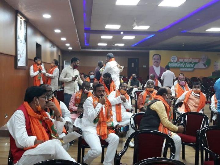 भाजपा विधायक दल की मीटिंग में उपस्थिति लेने और बधाई देने के अलावा कुछ नहीं हुआ। - Dainik Bhaskar