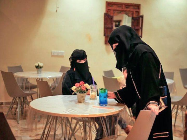 कैफे में सिर्फ महिलाएं बैठ सकती हैं। - Dainik Bhaskar