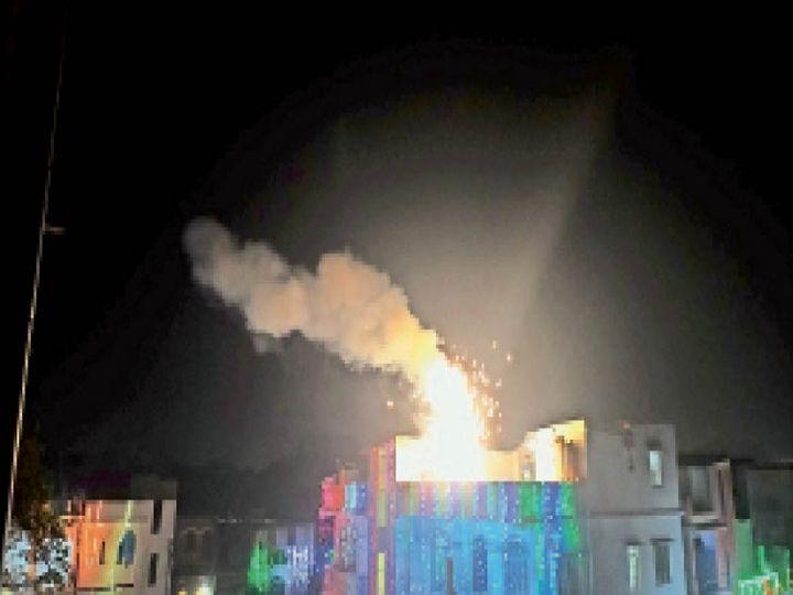 पटाखों से निकलता धुआं जिससे प्रदूषण स्तर सर्वाधिक हो गया। - Dainik Bhaskar