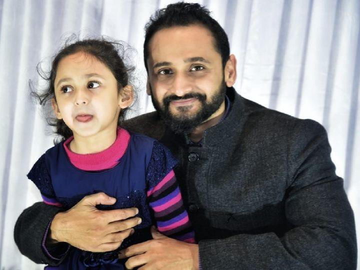 पिता मयंक जोशी के साथ किया। ननिहाल में दिवाली पर पटाखे फोड़ते समय किया झुलस गई थी, इलाज के दौरान दम तोड़ा। -फाइल फोटो - Dainik Bhaskar