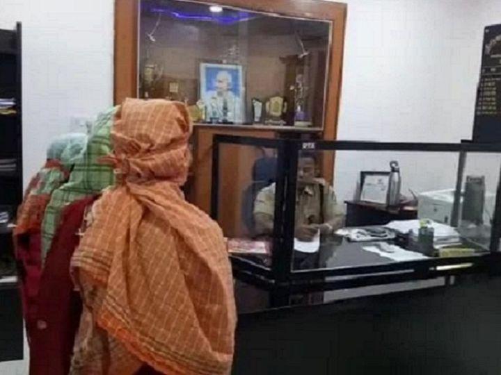 आरोपी की गिरफ्तारी और धमकी दिए जाने पर परिजनों के साथ शिकायत लेकर SP ऑफिस पहुंची किशोरी। - Dainik Bhaskar