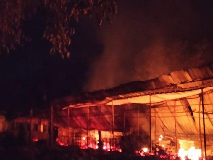कारली के पोटाकेबिन में सुबह 4.30 बजे की तस्वीर, यहां आग लगने से पूरा दस्तावेज, किताबें, 30 लैपटॉप, आलमारी, कम्प्यूटर आदि सामान खाक हो गए। - Dainik Bhaskar