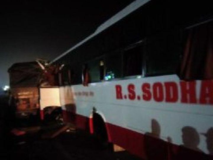 मांगलियावास के निकट अजमेर से जैसलमेर जाने वाली सड़क पर दुर्घटनाग्रस्त यात्री बस। - Dainik Bhaskar