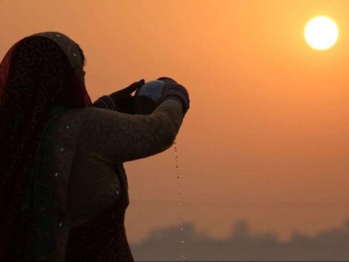 छठ में अस्त होते सूर्य को ही सबसे पहले जल दिया जाता है, हिन्दू पूजन विधियों में यह परंपरा अनोखी है। - Dainik Bhaskar