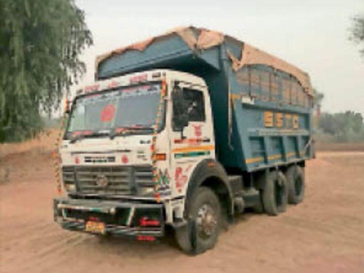 घड़साना. जब्त किया हुआ बजरी से भरा डंफर ट्रक। - Dainik Bhaskar