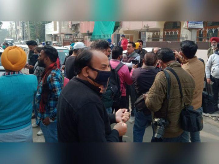 बठिंडा की कमला नेहरू कॉलोनी में हत्या की वारदात के बाद मौके पर पहुंची भीड़। - Dainik Bhaskar