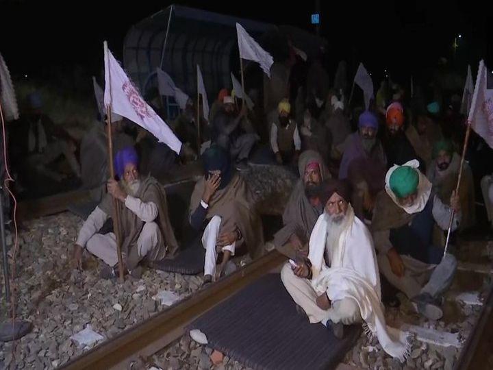 किसानों के फिर से ट्रैक पर बैठ जाने के बाद रेलवे को पैसेंजर ट्रेनों का रूट बदलना पड़ा। - Dainik Bhaskar