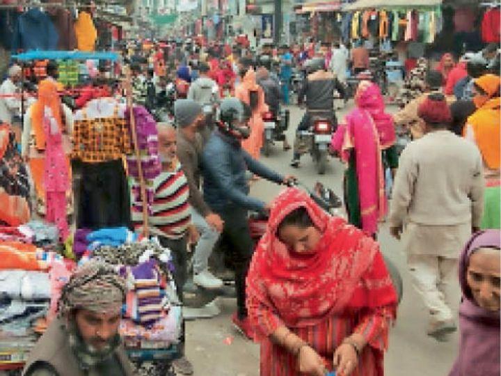 भिवानी। घंटाघर चौक से सराय चौपटा को ओर बाजार में खरीददारी करते लोग। - Dainik Bhaskar