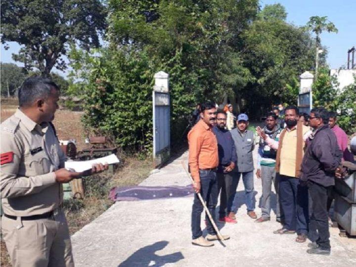 छत्तीसगढ़ के सूरजपुर में विद्युत सब स्टेशन में शव मिलने के बाद जांच के लिए पहुंची पुलिस टीम। इस दौरान ही जूनियर इंजनियर को हिरासत में लिया गया। - Dainik Bhaskar