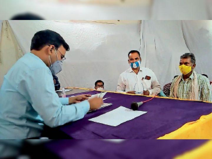अंता. पालिका चुनाव के लिए अपना नामांकन दाखिल करते प्रत्याशी। - Dainik Bhaskar