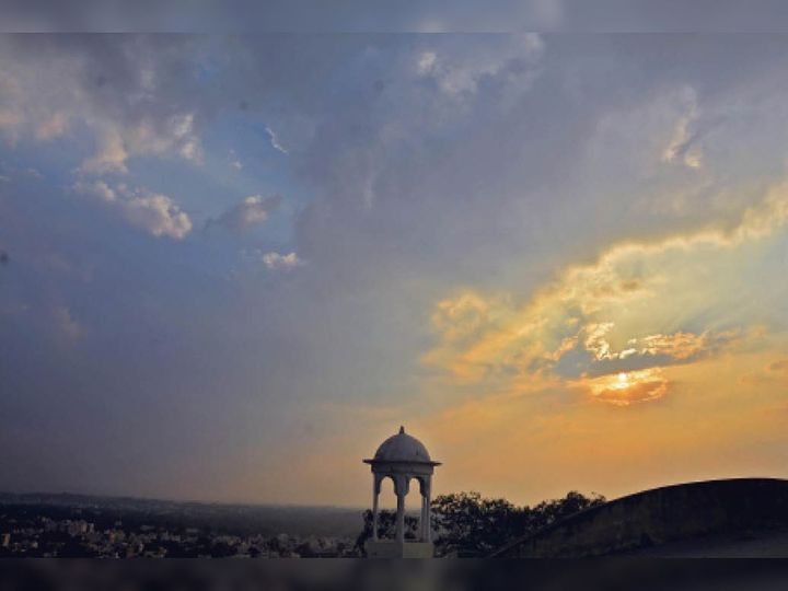 राजसमंद. जिला मुख्यालय पर बुधवार को सर्दी का सितम जारी रहा । दोपहर बाद बादल छाए रहे, सूर्य बादलों की ओट में छिपा रहा। शहर के अनुविभा से लिया गया कांकरोली शहर और मंडराते बादलों का जमावड़ा। - Dainik Bhaskar