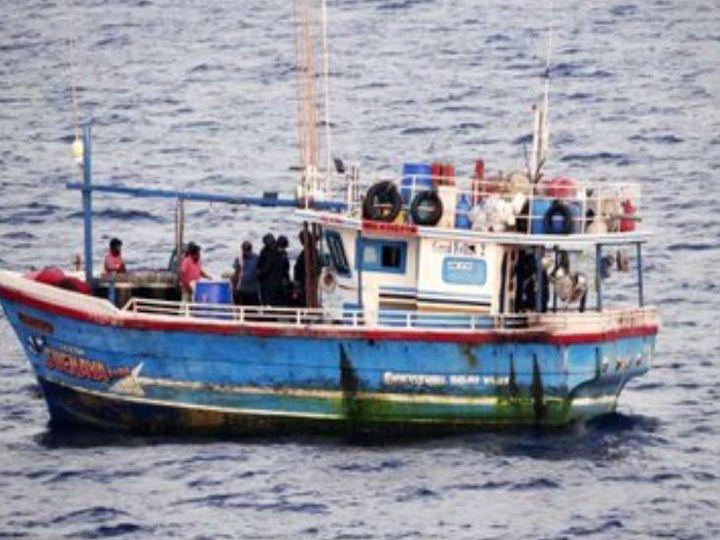 इंडियन कोस्ट गार्ड के गश्ती जहाज वैभव ने तमिलनाडु के समुद्री इलाके में इस नाव को पकड़ा है। - Dainik Bhaskar