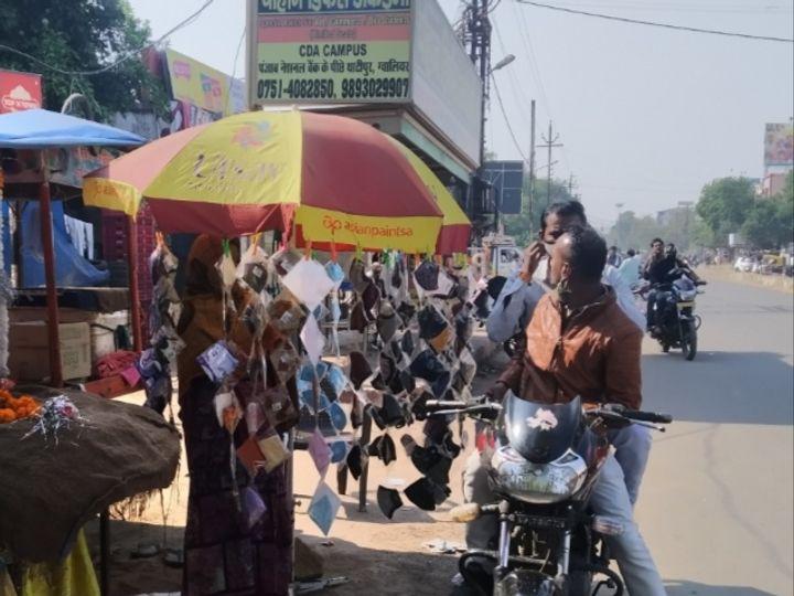 थाटीपुर पर फूल बेचने वालों ने भी मास्क रख लिए और लोग खरीद रहे हैं - Dainik Bhaskar